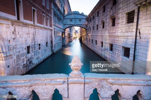 bridge of sighs and canal in venice - yeowell foto e immagini stock