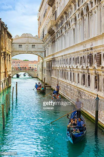 bridge of sighs with gondolas - syolacan stock pictures, royalty-free photos & images