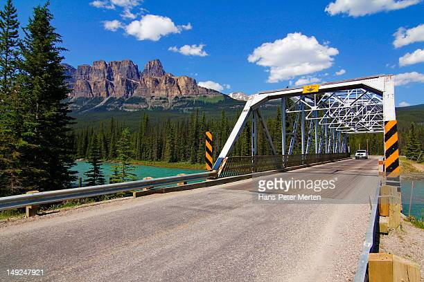 bridge over bow river, castle mountain, banff np - kanada stock pictures, royalty-free photos & images