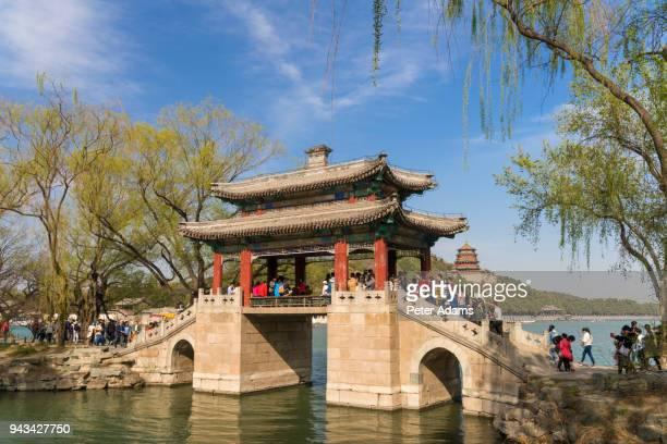 bridge over kunming lake, summer palace, beijing, china - peter adams stock pictures, royalty-free photos & images