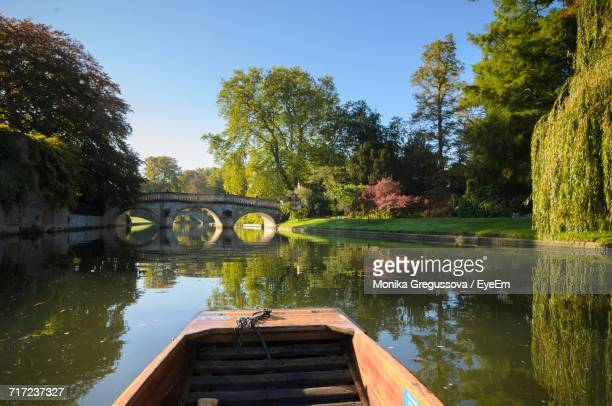 bridge over lake against sky - cambridge england stock pictures, royalty-free photos & images