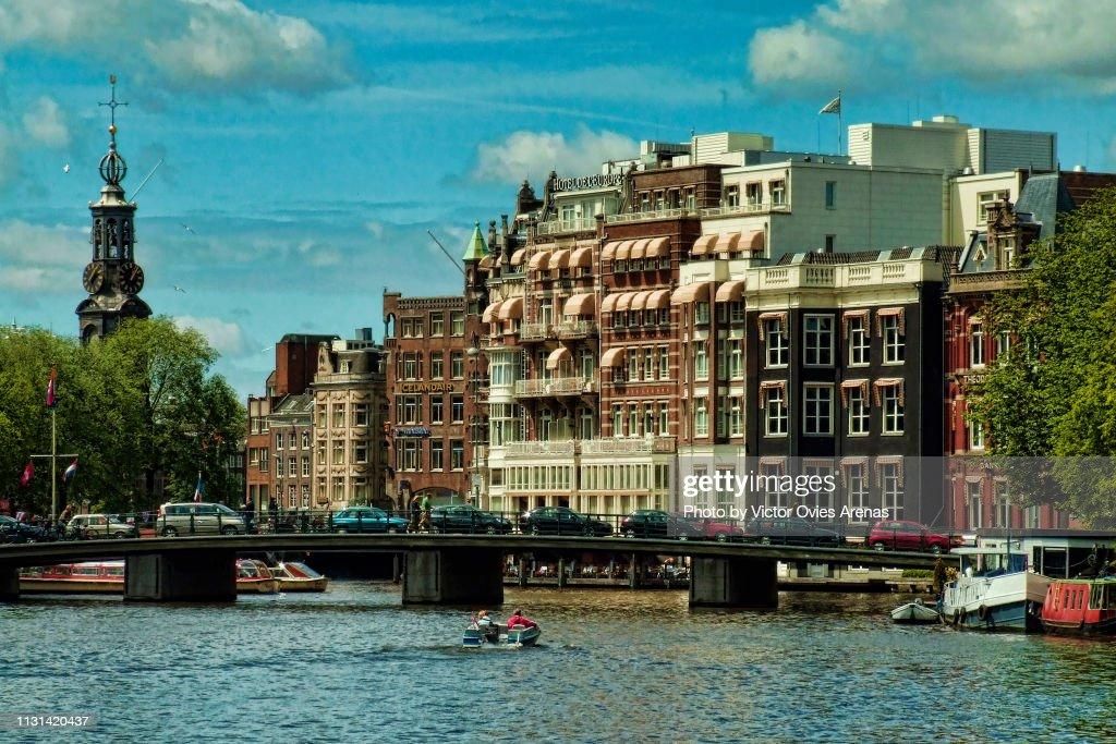 Bridge over river Amstel and Munttoren Clock Tower In Muntplein Square in Amsterdam, Netherlands : Foto de stock