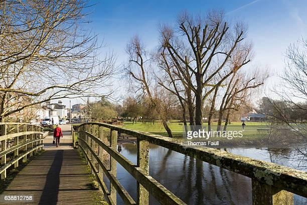 ソールズベリーのエイボン川に架かる橋 - サリスベリー ストックフォトと画像