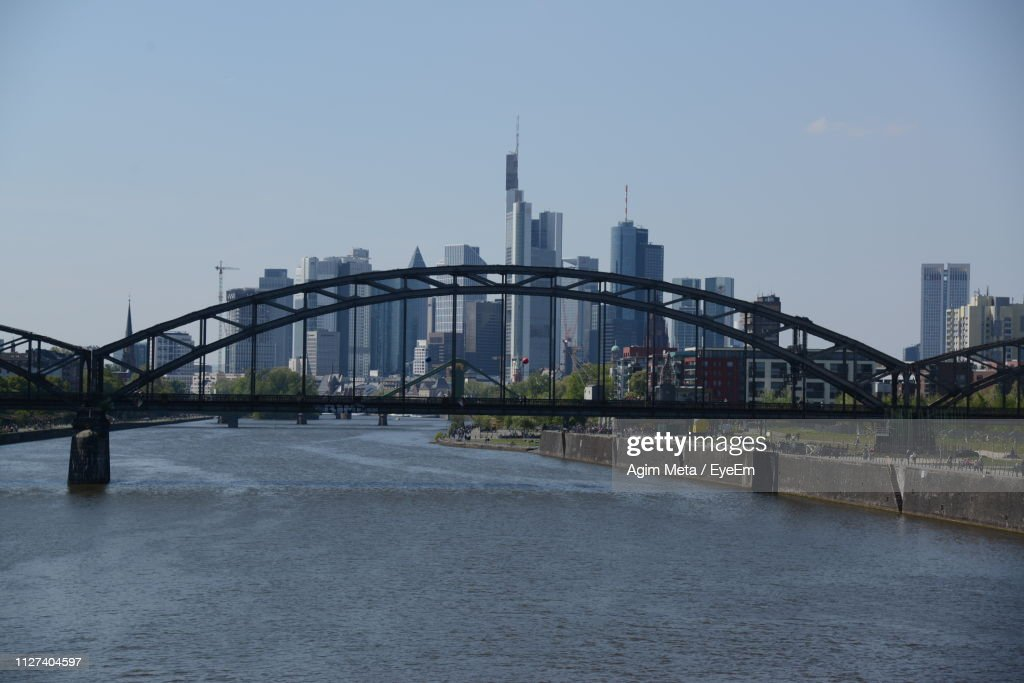 Bridge Over River By Buildings Against Sky In City : Stock-Foto