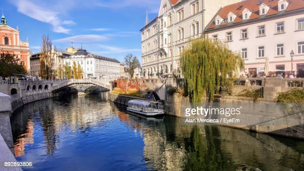 bridge over river in city - ljubljana stock pictures, royalty-free photos & images