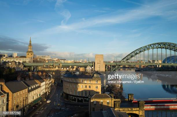bridge over river with buildings in background - newcastle upon tyne stockfoto's en -beelden