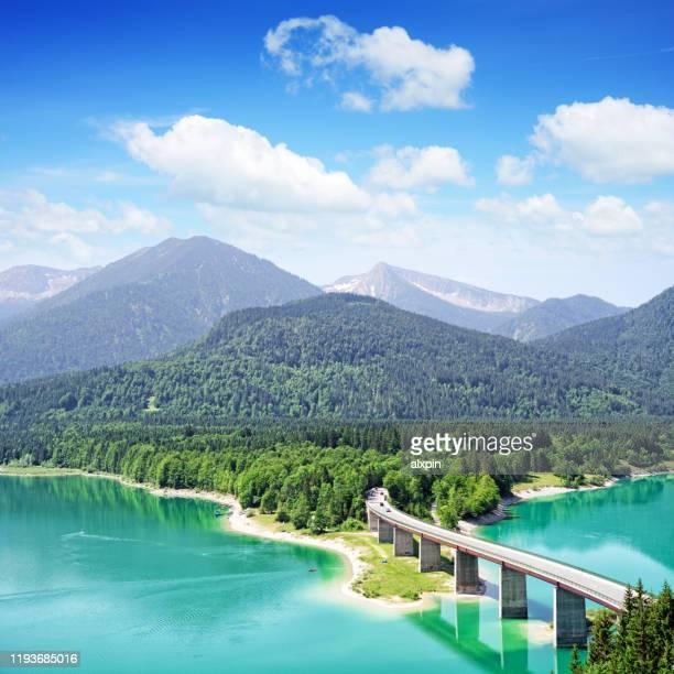 brücke über den sylvensteinsee, deutschland - oberbayern stock-fotos und bilder