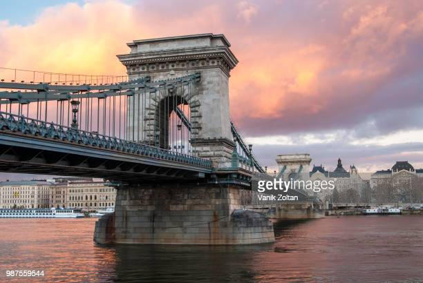 a bridge over the danube river in budapest, hungary. - ponte széchenyi lánchíd - fotografias e filmes do acervo