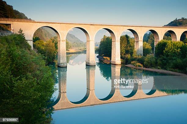 bridge over the river durance in sisteron, france - alpes de haute provence stockfoto's en -beelden