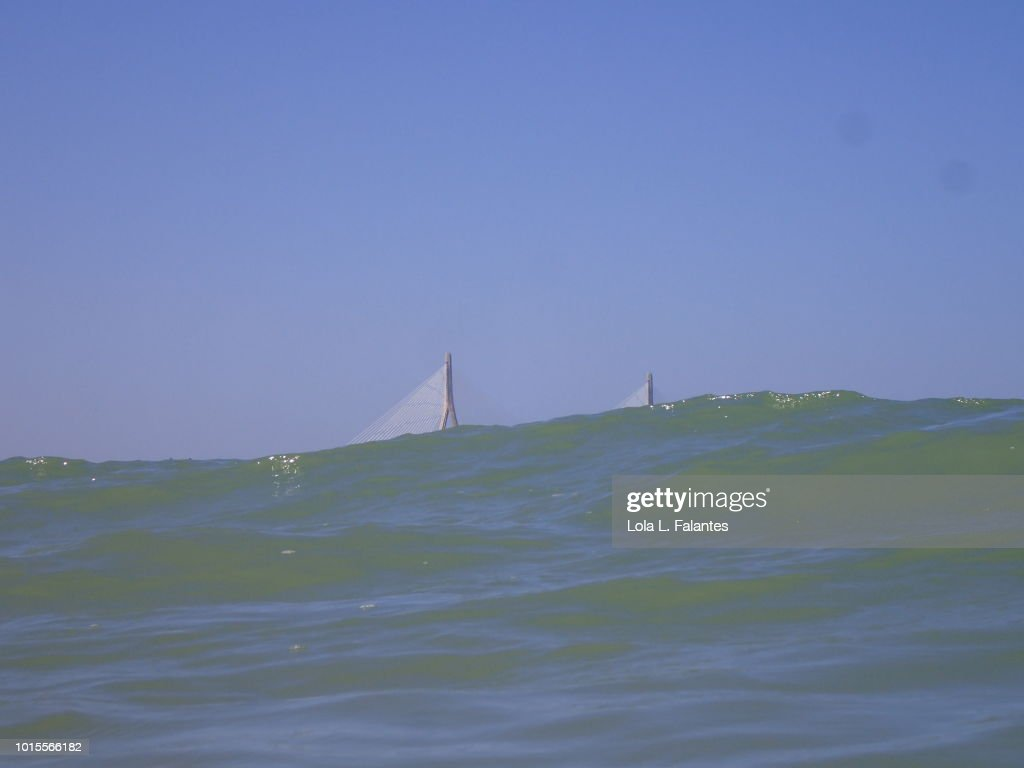 Bridge over the waves. Valdelagrana beach, Cádiz, Spain : Foto de stock