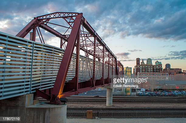 kc bridge - kansas city missouri stock-fotos und bilder