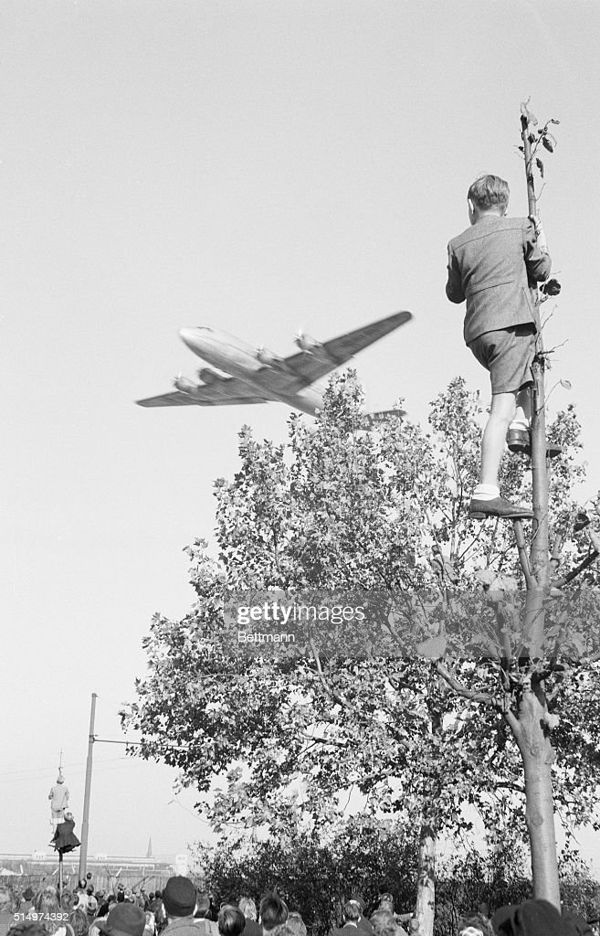 Watching a Plane During the Berlin Airlift : News Photo