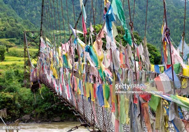 bridge to khamsum yulley namgyal chorten - プナカ ストックフォトと画像
