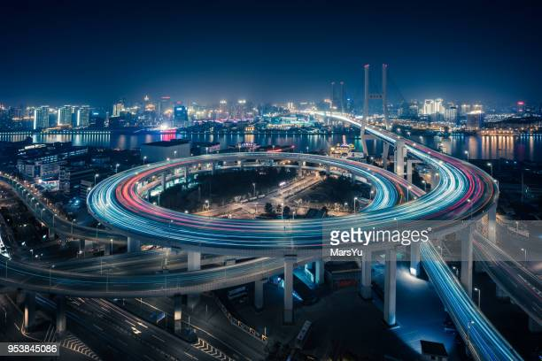 bridge traffic at night in shanghai china - luce stradale foto e immagini stock