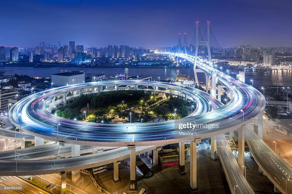 Ponte trânsito à noite : Foto de stock