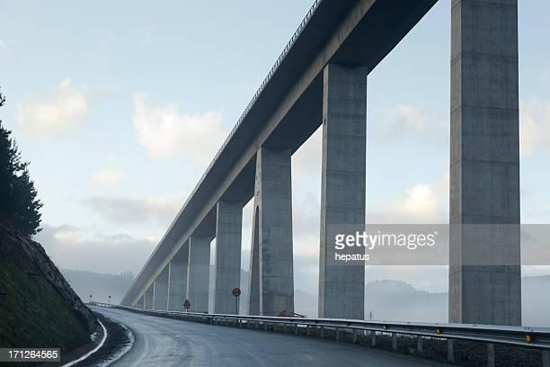 Straße und Brücke