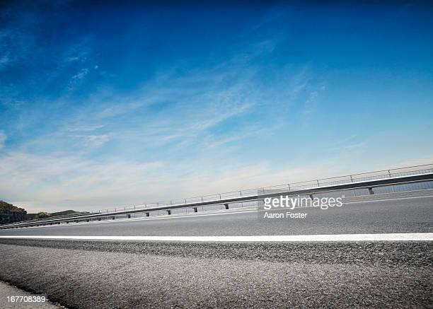 brigde road - leitplanke stock-fotos und bilder
