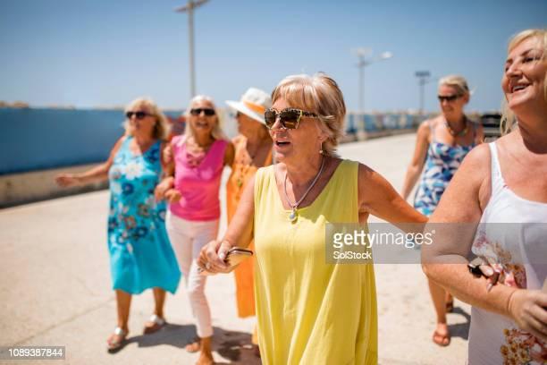 休日に明るく陽気な女性 - パフォス ストックフォトと画像
