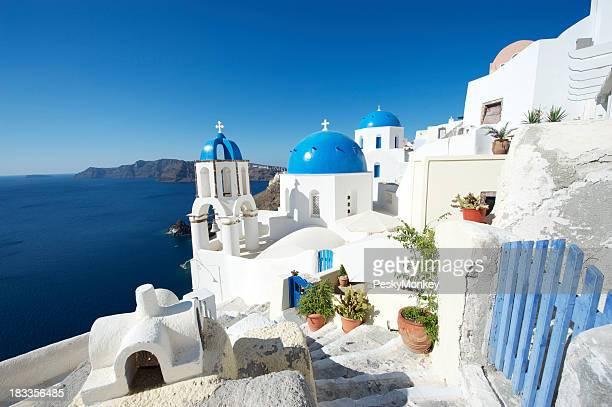 明るい美しいギリシャのサントリーニ島での朝のカルデラ