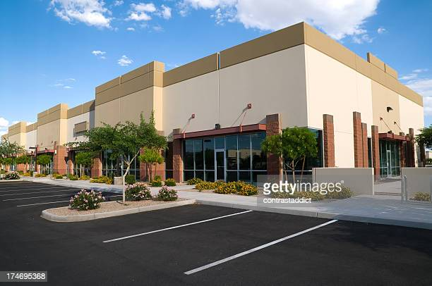 bright colored photo of parking lot and office building - consumentisme stockfoto's en -beelden