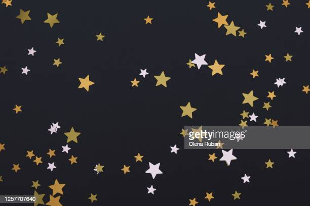 bright golden stars on black background - beroemdheden stockfoto's en -beelden