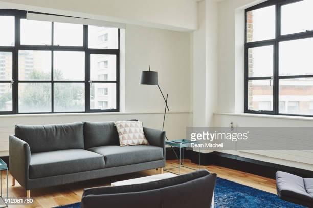 bright living room - piccolo foto e immagini stock