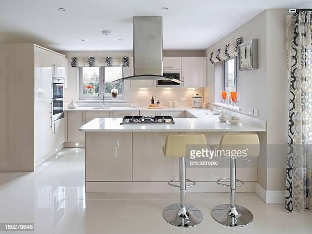 bright modern kitchen - afzuigapparaat stockfoto's en -beelden