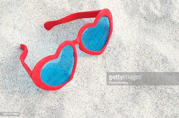 Helle rote Herz-Sonnenbrille aus weißem Sand
