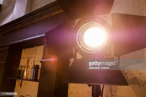 bright studio lighting in the interior of the room. film light. - 舞台芸術 ストックフォトと画像