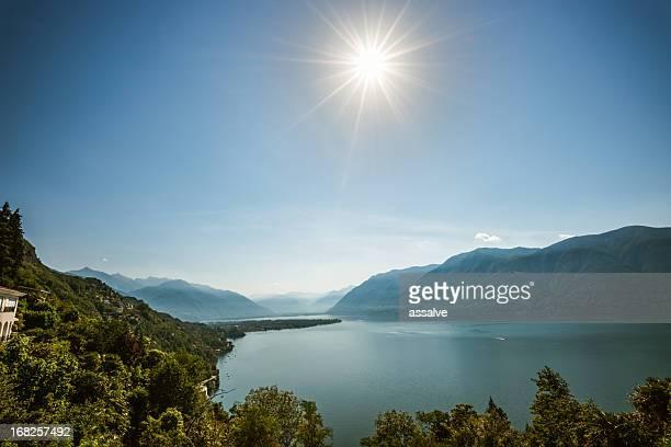 Helle Sonne scheint über See Lago Maggiore, Schweiz