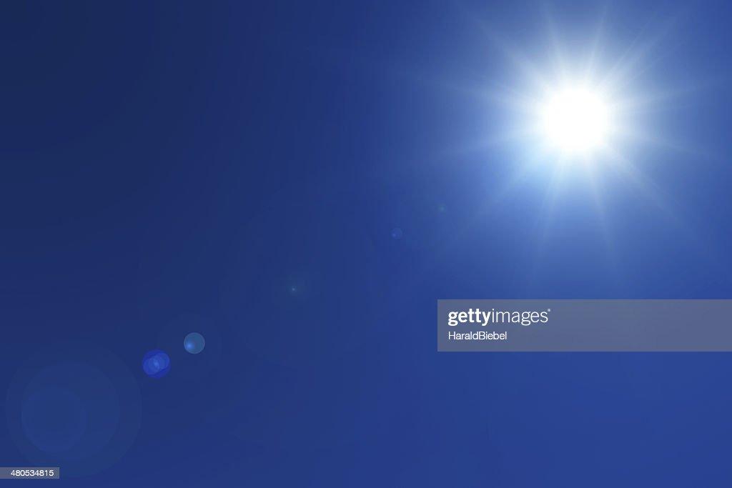 Leuchtende Sonne mit lens ausgestellt an deep blue sky : Stock-Foto