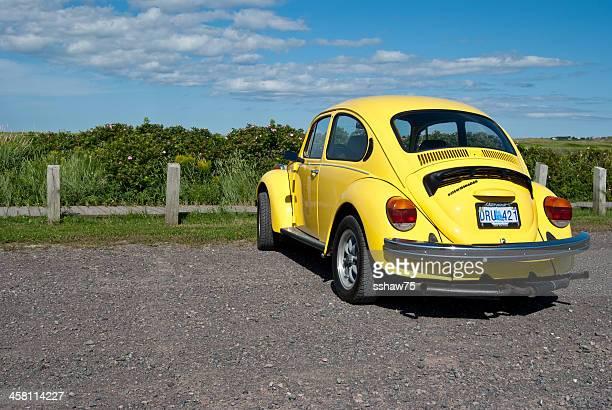 Amarelo vivo Volkswagen Beetle no parque de estacionamento
