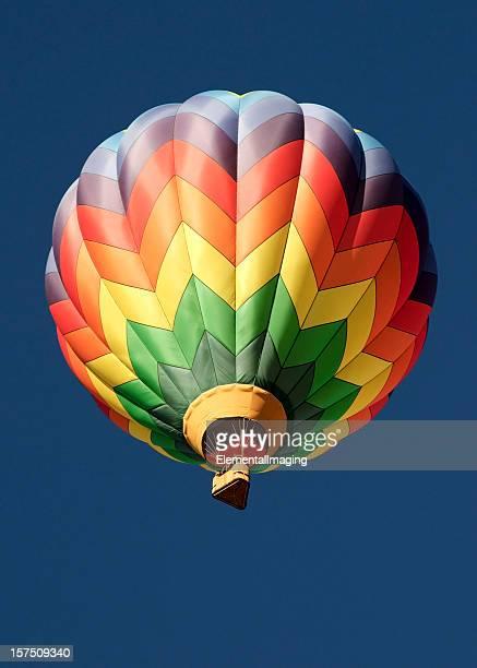 鮮やかな色の熱気球で分離ブルースカイ
