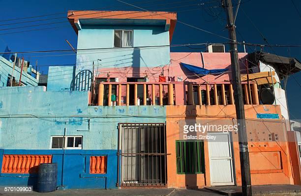 brightly coloured home on isla mujeres - mujeres fotos stockfoto's en -beelden