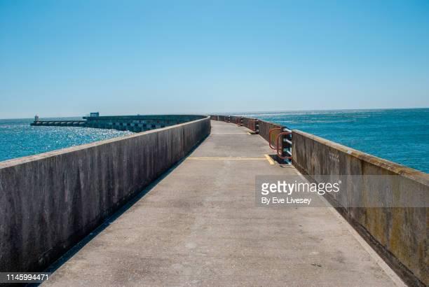 brighton marina harbour wall - 防波堤 ストックフォトと画像