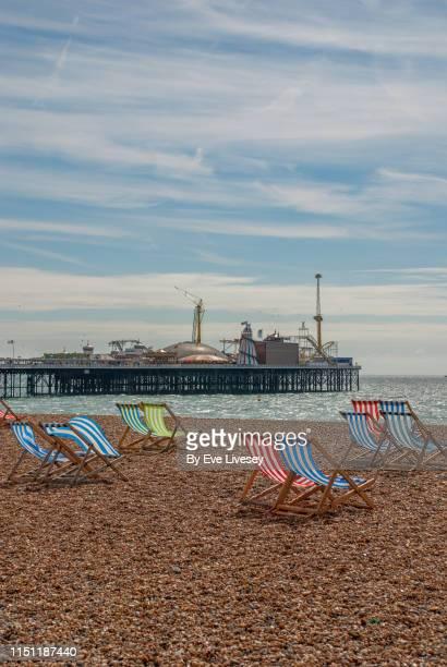 brighton palace pier & deck chairs - 英国 ブライトン ストックフォトと画像
