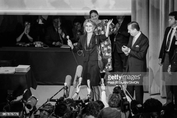Brigitte Bardot accopagné de Me Jacques Tajan lors d'une vente aux enchères des bijoux et objets de l'actrice à Paris le 17 juin 1987 France