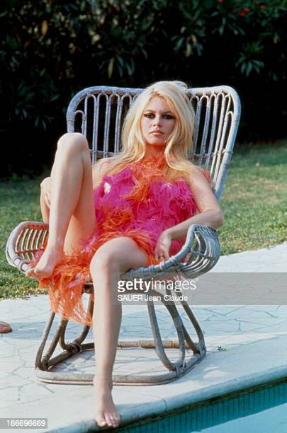 Brigitte Bardot And Gunter Sachs In Rome Brigitte BARDOT au bord d'une piscine à Rome 1967