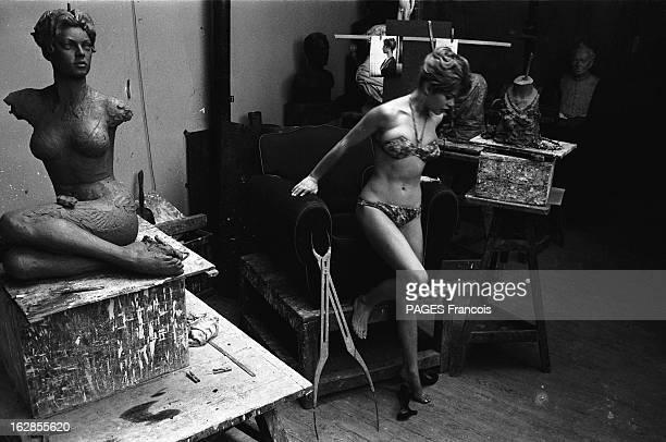 Brigitte Bardot At The Sculptor Brigitte BARDOT chez le sculpteur Séance de pose en bikini Février 1957