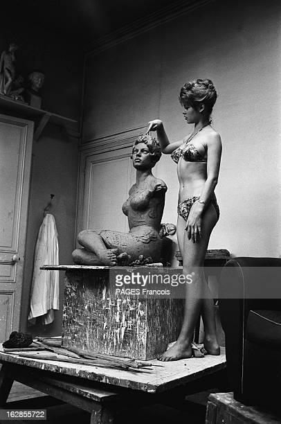 Brigitte Bardot At The Sculptor Brigitte BARDOT en bikini devant sa sculpture en cours dans l'atelier du sculpteur Février 1957