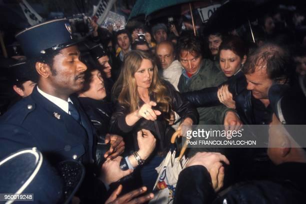 Brigitte Bardot au milieu de la foule lors d'une manifestation en faveur des bebes phoques en avril 1976 a Paris France