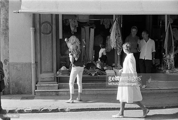 Brigitte Bardot Celebrates Her 24 Birthday In Saint Tropez 1958 Brigitte BARDOT fête l'anniversaire de ses 24 ans à SaintTropez Ici devant une...