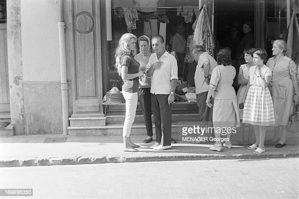 Brigitte Bardot Celebrates Her 24 Birthday In Saint Tropez Octobre 1958 Brigitte BARDOT fête son anniversaire à SaintTropez Ici devant une boutique...