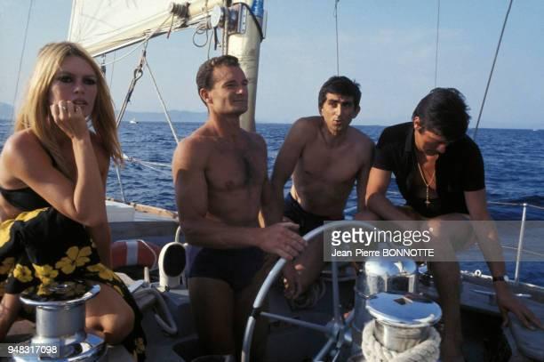 Brigitte Bardot Et Alain Delon sur un voilier barré par le navigateur Eric Tabarly en août 1968 à SaintTropez France