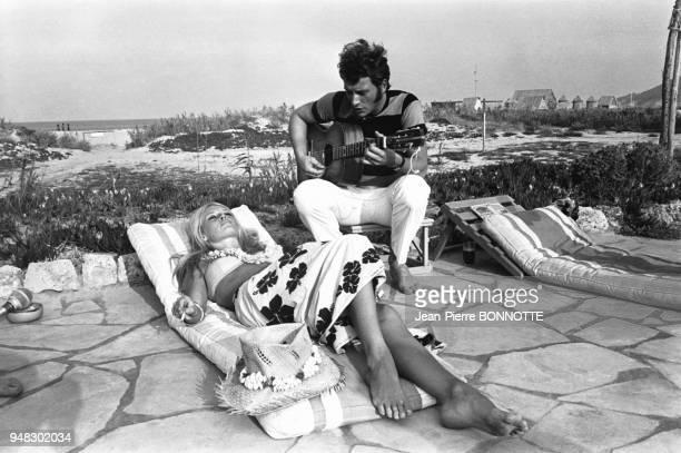 Brigitte Bardot et Johnny Hallyday lui jouant de la guitare en août 1967 à SaintTropez France