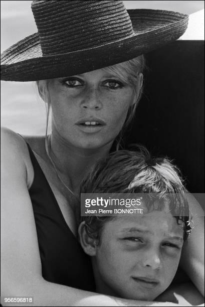 Brigitte Bardot et son fils Nicolas Charrier à La Madrague à SaintTropez en France en août 1967