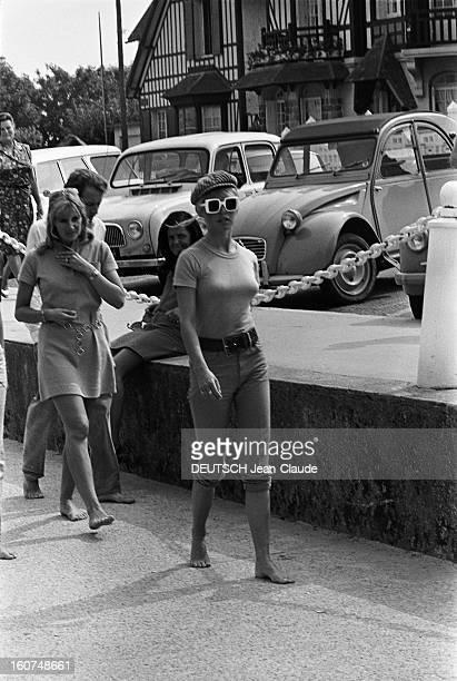 Brigitte Bardot In Deauville Brigitte BARDOT se promenant pieds nus à Deauville Août 1967