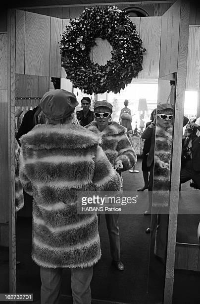 Brigitte Bardot In The United States Brigitte BARDOT dans une boutique de vêtements à Los Angeles Essayage d'un manteau de fourrure Décembre 1965