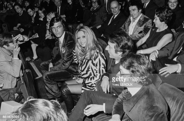 Brigitte Bardot lors de la première du film 'L'Ours et la poupée' avec son partenaire JeanPierre Cassel et au fond son ami Patrick Gilles le 6...
