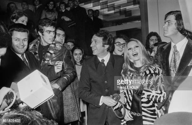 Brigitte Bardot lors de la première du film 'L'Ours et la poupée' avec son partenaire JeanPierre Cassel et à droite son ami Patrick Gilles le 6...